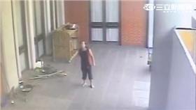 林姓醉漢欲持刀傷害工作人員遭駐衛警壓制(翻攝畫面)