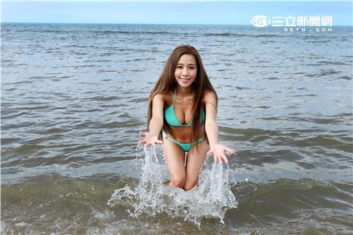 擁有32E巨乳的正妹宇婷撐爆性感誘人比基尼,海邊秀火辣身材。(記者邱榮吉/攝影)