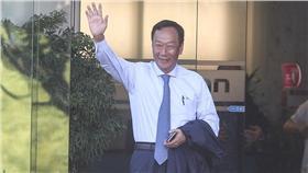 鴻海22日舉行股東會,鴻海董事長郭台銘向媒體揮手致意。中央社記者謝佳璋攝 105年6月22日