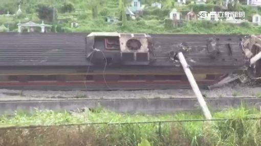 台鐵又出軌!自強號車廂翻覆傾斜2陸客傷