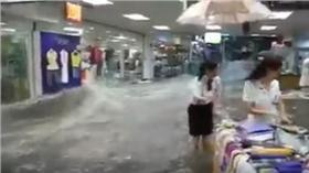 大陸賣場慘遭洪水侵襲/臉書