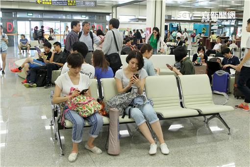 華航空服員前往松山機場舉牌、發傳單,捍衛自己的權益。(記者邱榮吉/攝影)