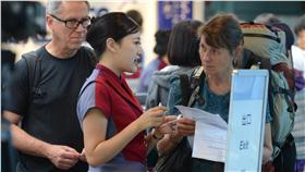 TD 華航罷工 外籍旅客退票心慌慌 華航空服罷工雖落幕,但25日仍將取消56班,逾1萬名 旅客受影響,有不少外籍旅客非常焦慮,自行購買另外 一家航空公司機票後,再詢問如何退掉華航機票。 中央社記者邱俊欽桃園機場攝 105年6月25日