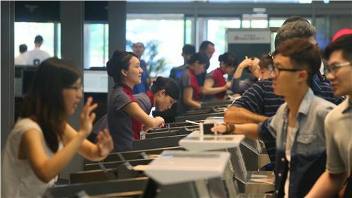 TD華航工作人員耐心安撫旅客(1)華航空服罷工雖落幕,但25日仍將取消56班,逾1萬名旅客受影響。圖為松山機場華航工作人員向受影響的旅客耐心說明。中央社記者徐肇昌攝 105年6月25日