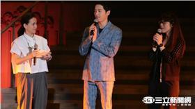 南韓演員宋仲基25日身穿灰藍色西裝,現身台大體育館舉行粉絲見面會,一出場便吸引4200名粉絲瘋狂尖叫。他在見面會上公開了小時候的照片,也談及對於未來的規劃,表示即便30年後沒有人氣了,還是會繼續當演員,且有機會還想跟宋慧喬飾演情侶。(鄭先生攝)