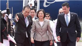 總統蔡英文(前中)展開「英翔專案」,訪問友邦巴拿 馬及巴拉圭。蔡總統25日(當地時間)搭乘專機抵達巴 拿馬巴京國際機場,巴國外交部次長殷卡比耶(前右) 迎接蔡總統。圖/中央社