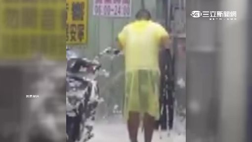 一兼二顧?! 自助洗車店男邊洗車邊洗頭