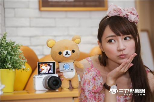 ▲「玩偶旅拍」夯!Canon攜手拉拉熊 啟動夏日療癒旅程 (圖/Canon)