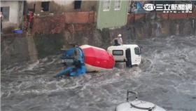 ▲水淹半個車身高!司機困車頂 混凝土車卡沙洲動不了(圖/翻攝畫面)