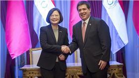 蔡英文總統與巴拉圭總統在兩國簽署聯合聲明後握手-總統府提供(flickr)