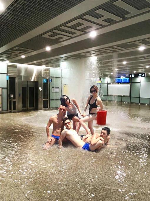 桃機淹水,網友創意P圖。(圖/翻攝自Kevin KC Lin臉書)