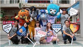 中華職棒四隊吉祥物和棒球女孩來到成功高中為考生加油(圖/中職提供)