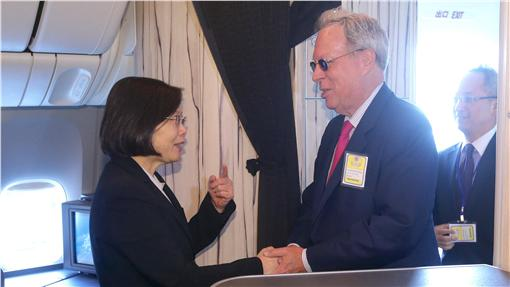 總統蔡英文(左)展開「英翔專案」,訪問友邦巴拿馬及巴拉圭,並過境美國邁阿密、洛杉磯。蔡總統30日(當地時間)抵達美國洛杉磯,美國在台協會理事主席薄瑞光(前右)赴機場接機。中央社記者吳翊寧洛杉磯攝  105年7月2日