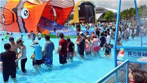 TD 宜蘭童玩節開幕(1) 2016宜蘭國際童玩藝術節2日開幕,吸引眾多遊客入園 戲水,享受夏日清涼。 中央社記者沈如峰宜蘭縣攝 105年7月2日