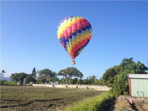 台東熱氣球降落農田(圖/翻攝自林義隆臉書)