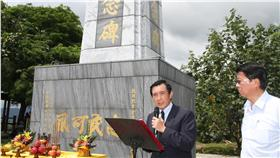 前總統馬英九(左)3日參訪台南市玉井區的抗日烈士余清芳紀念碑時表示,他不是反日派。面對歷史要恩怨分明、就事論事;面對家屬要設身處地、將心比心。 中央社記者楊思瑞攝  105年7月3日