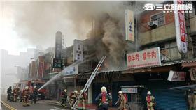板橋老字號書店「王吉成行」今晨遭火噬(翻攝畫面)