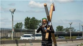 日本牧師揹40公斤十字架走北高/翻攝自Arthur Hollands臉書