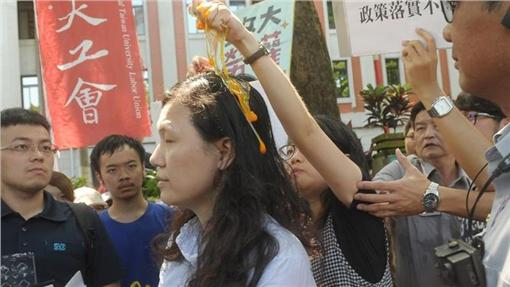政大社會所學生蛋洗教育部高教司專委王淑娟(圖/中央社)