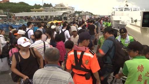 離島船明起停駛3日 旅客塞爆碼頭
