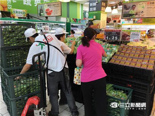 因應尼伯特來襲 賣場湧人潮搶購蔬果
