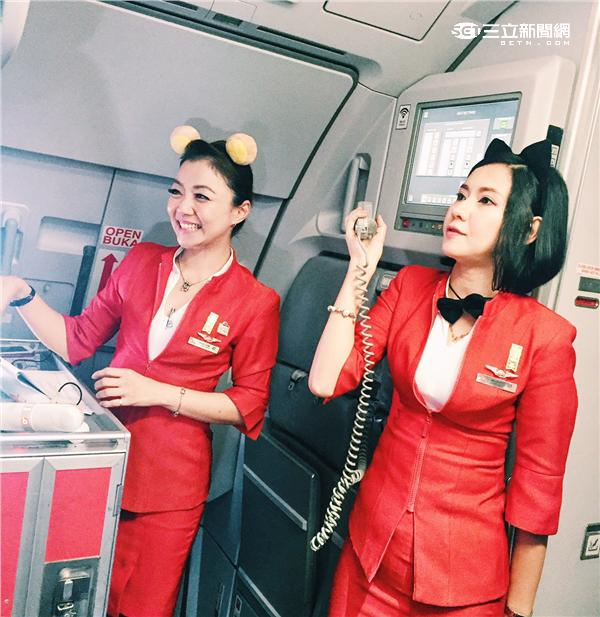 AirAsia LINE彩繪機空中驚喜開趴!空姐變身LINE卡通明星機上熱舞。(圖/AirAsia提供)