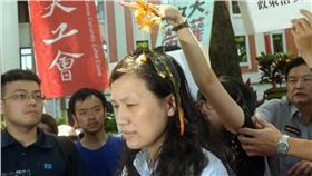 一名女學生在教育部官員頭上捏碎雞蛋,引起爭議。 圖/翻攝自中央社