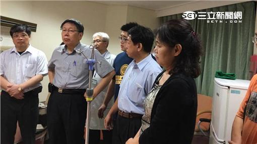 柯文哲醫院探視爆炸案受傷民眾(圖/北市社會局提供)