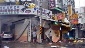 瞬間強風侵襲  台東街道一片凌亂。中央氣象局台東氣象站表示,強颱尼伯特8日清晨5時50分從台東市和太麻里間登陸,瞬間陣風超過17級,破了台東60年紀錄。圖為台東街道一片凌亂。中央社記者盧太城台東攝  105年7月8日