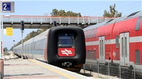 以色列,火車(圖/翻攝自維基百科) https://en.wikipedia.org/wiki/Israel_Railways#/media/File:IC3_-7044_Herzelia_27-4-2012.jpg