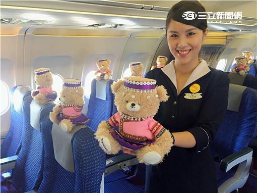 復興空姐小熊搶先體驗張家界玻璃橋。(圖/復興航空提供)