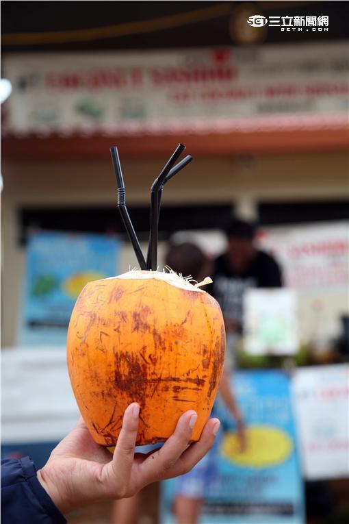 關島查莫洛夜市的「椰肉生魚片」。(圖/記者簡佑庭攝影)