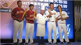 中華職棒明星賽賽前記者會,阿基師送上球棒麵包為大家祝福(圖/記者王怡翔攝)