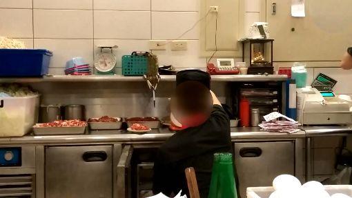 髒!連鎖鐵板燒店 廚師摸完褲子再抓肉│三立新聞台