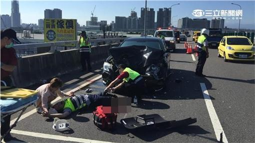 陳女無照酒駕撞斷交通警察雙腿(翻攝畫面)