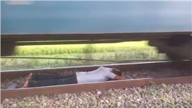 火車,臥軌(翻攝Cool NirobYouTube)