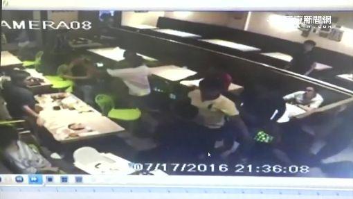 牛排店用餐起糾紛 男亂扔刀叉射傷客人