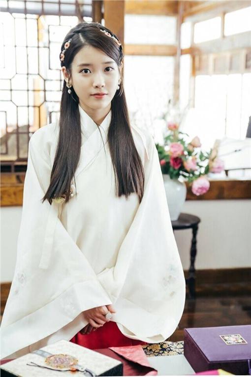 韓國歌手IU在韓版《步步驚心》古裝扮相  https://www.facebook.com/dramabobo/photos/a.575851792573916.1073741828.570474533111642/594166220742473/?type=3&theater