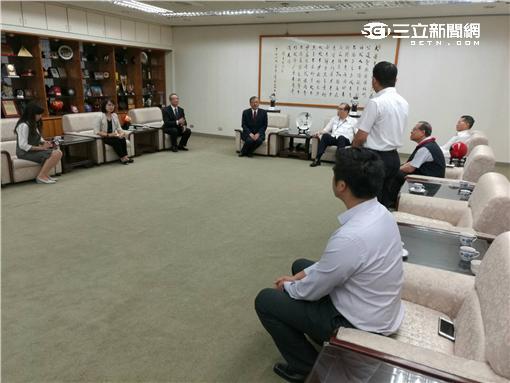一銀總經理周伯蕉親率幹部前往台北市警局致謝(翻攝畫面)