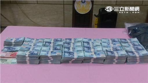 警方今天下午在內湖山區查獲1263萬贓款(楊忠翰攝)