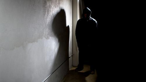 英國一名處男變態小學教師在網上扮少女,引誘至少50名男童在鏡頭前做出性愛動作,其中年齡最小僅有八歲,最終被重判入獄5年4個月