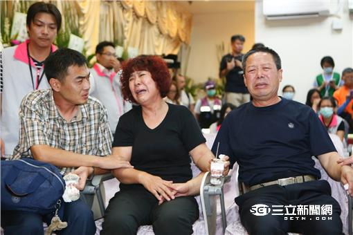 陸客家屬,罹難者,捻香 圖/攝影記者聯誼會提供
