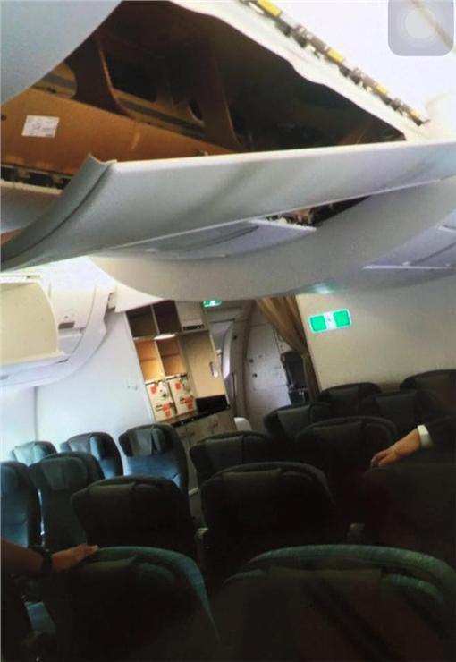 國泰A350客機天花板遭旅客破壞。(圖/翻攝自豆腐空少的飛行日記)