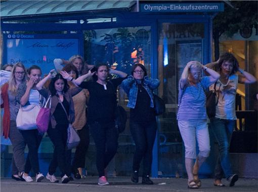 APTOPIX GERMANY MUNICH SHOOTING,德,慕尼黑,購物商場,奧林匹亞,IS,伊斯蘭國,恐攻,槍擊,阿拉伯,異教徒,慶祝,慶賀,Olympia-▲(圖/達志影像/美聯社)