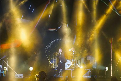 重返戶外,五月天南港開唱「五月天 JUST ROCK IT 2016 就是演唱會 台北站」23日晚間在台北南港舉行,吸引大批歌迷到場力挺偶像。中央社記者王飛華攝