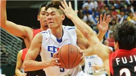 第38屆台灣啤酒威廉瓊斯盃男子組國際籃球邀請賽23日 在新莊體育館開打,晚間由中華藍隊對上日本隊,中華 隊上半場以31比27暫時領先。圖為中華藍隊劉錚(白衣 )突破日本隊防守,上籃得分。 中央社記者孫仲達攝