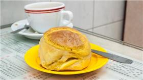 一名女遊客在香港的茶餐廳內,點了一個菠蘿包,吃了一半竟發現裡面有一支針筒