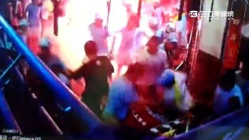 遶境活動爆衝突 兩派人馬丟信號彈互毆