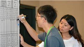 教育部課審會28日在彰化女中召開第3次遴選委員會,下午3時左右開始投票,花了30分鐘完成,選出學生代表。圖為計票人員將票數記錄在白板上。 中央社記者吳哲豪彰化攝 105年7月28日