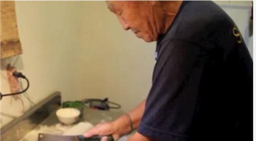 神龍小組、老爺爺、蔥油餅、山東人(圖/合成圖首圖/ 翻攝自甜甜圈工作室 YouTube)